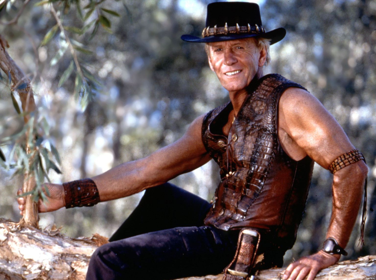 PUBLICITY PHOTO OF ACTOR PAUL HOGAN IN MOVIE CROCODILE DUNDEE.